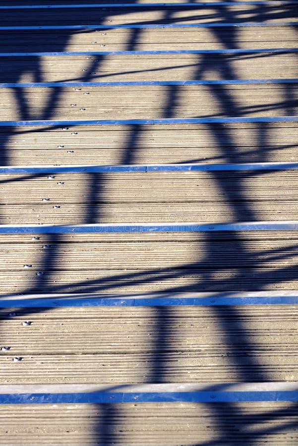 Trä för trappa för sommarvärmesvindel skuggar räcke arkivfoto