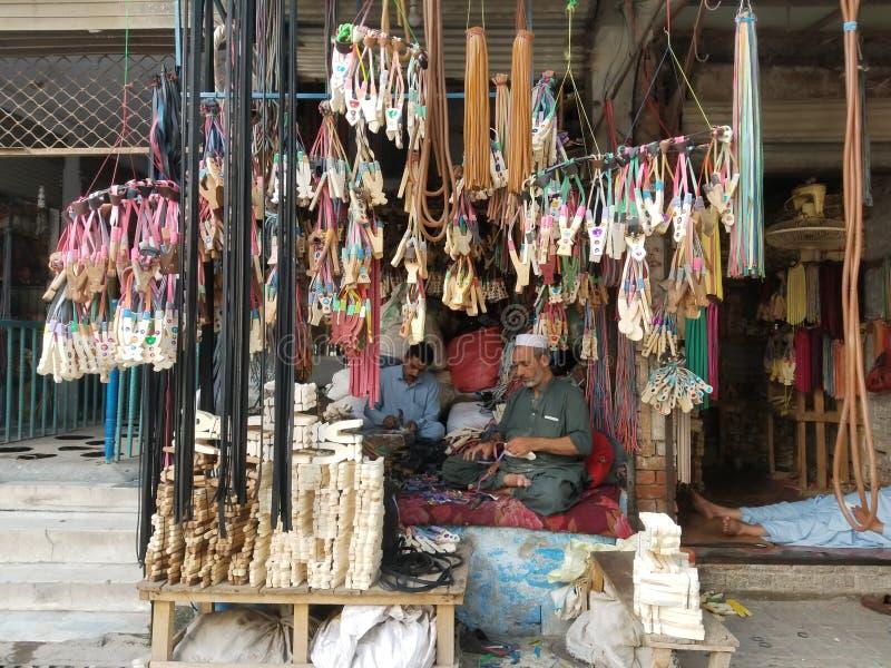 Trä Lingshot-leksaksbutiken Peshawar Pakistan royaltyfri foto