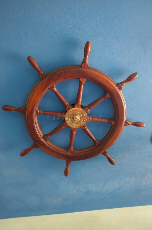 Trä och mässingsShip& x27 för härlig tappning; s-styrninghjul royaltyfri bild