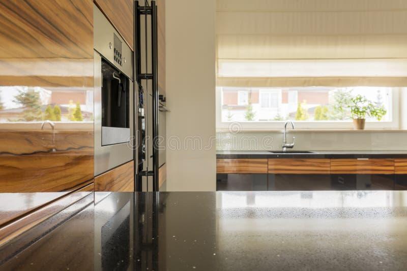 Trä- och svart kök royaltyfria foton