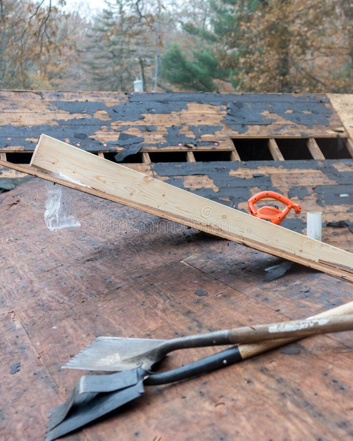 Trä och verktyg på en tak arkivfoton