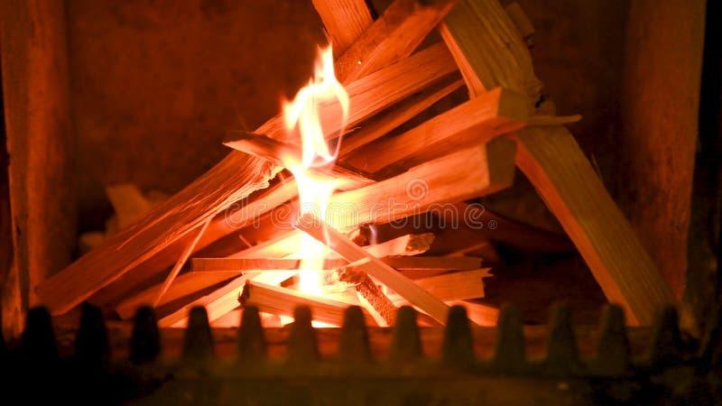 Trä på brand i ugn, slut upp, vedträbränning arkivbild