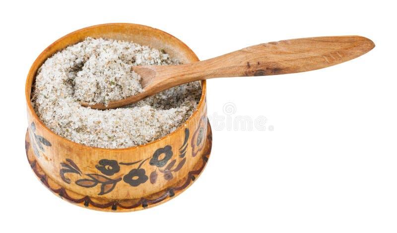 trä salta källaren med skeden med kryddat saltar royaltyfri fotografi