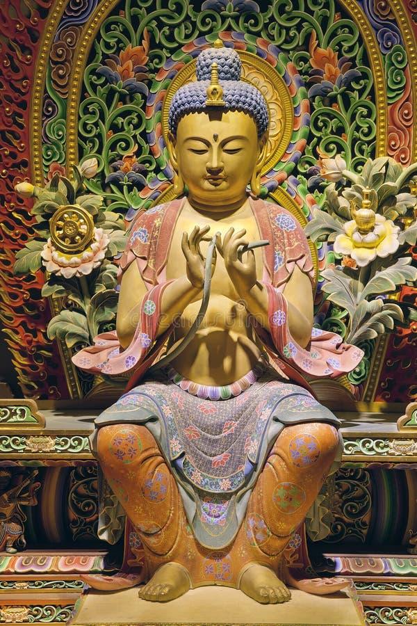 Trä sniden sittande Buddha royaltyfri bild