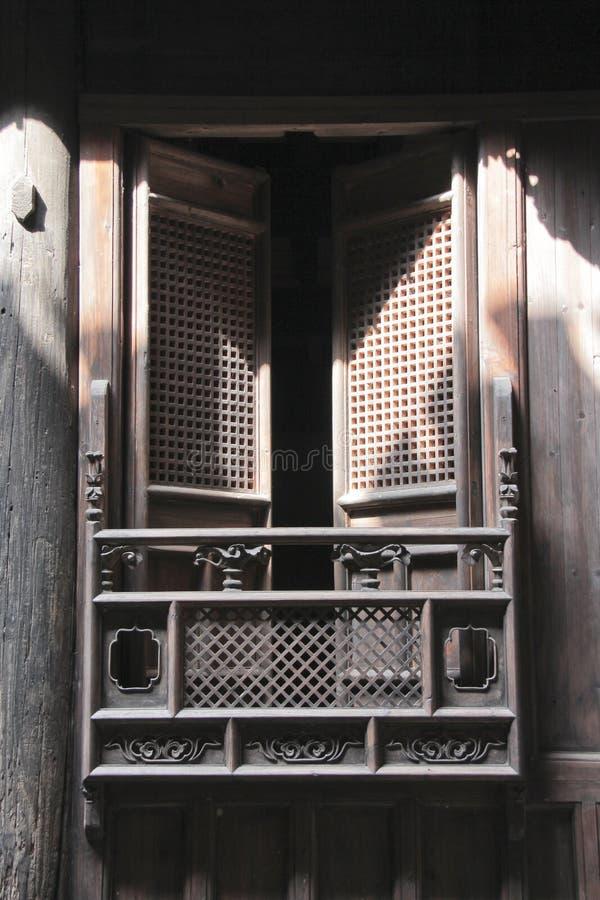 Trä snidit fönster i forntida kinesisk byggnad arkivfoton