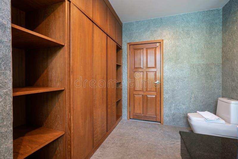 Trä som byggs i garderob i badrummet av huset arkivfoto