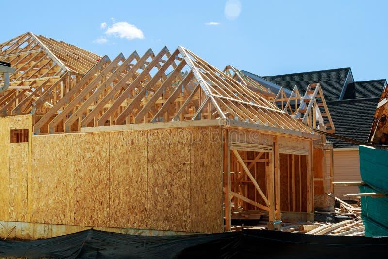 Trä som inramar det nya huset under konstruktion royaltyfria bilder