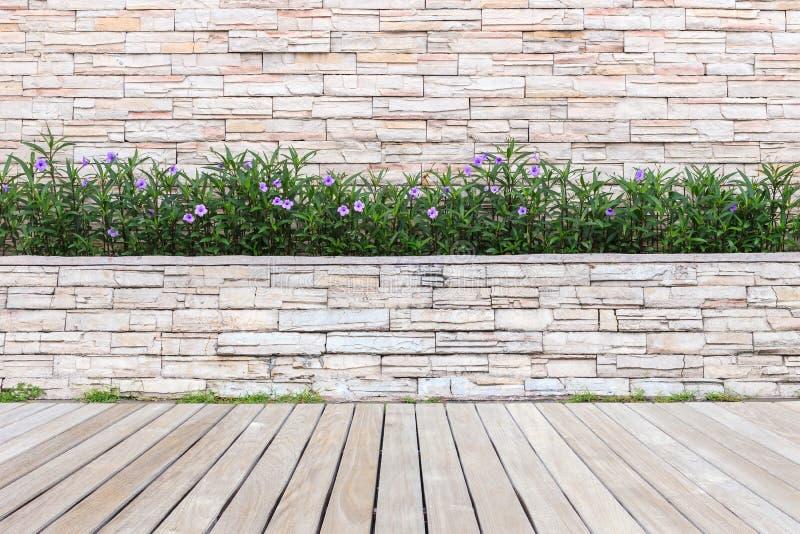Download Trä Som Pryder Eller Däckar Och Växt I Trädgårds- Dekorativt Arkivfoto - Bild av grått, green: 76701092