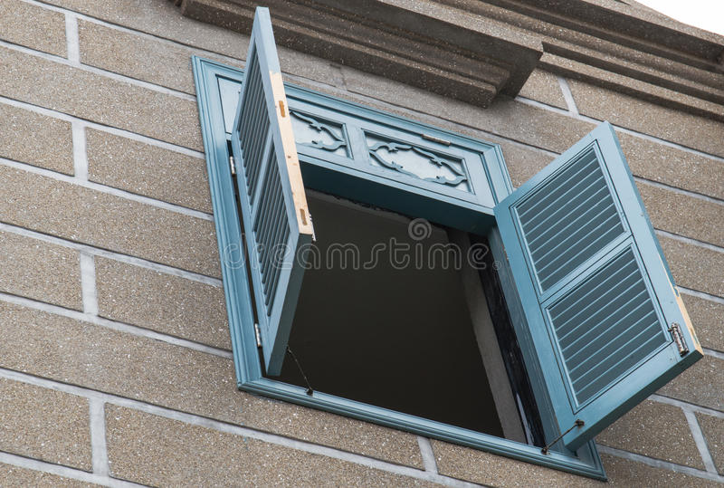 Trä stänger med fönsterluckor fotografering för bildbyråer