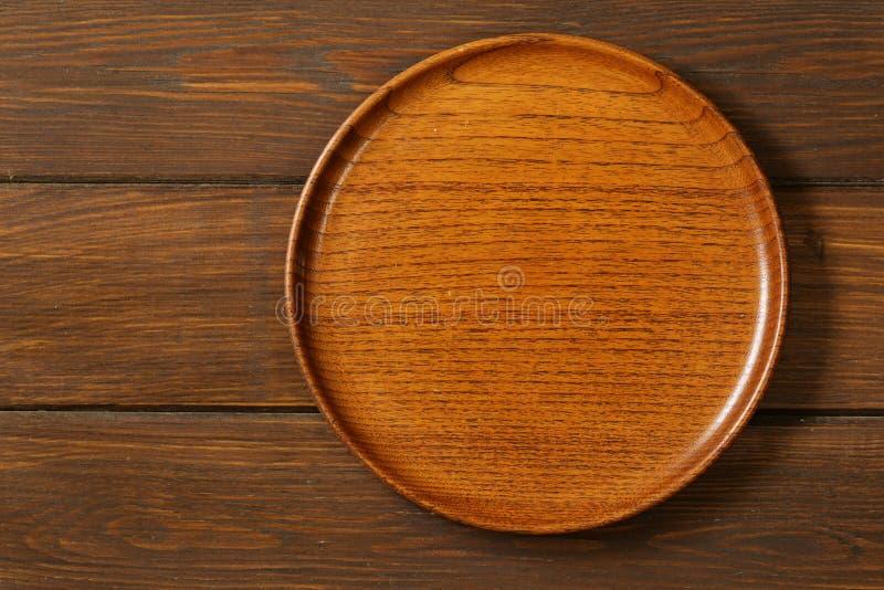 Trä töm plattan på en träbakgrund arkivbild