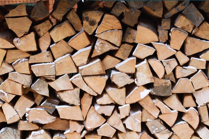 Trä under snow Vedträ för vintern Vikt huggen av drovav arkivbild