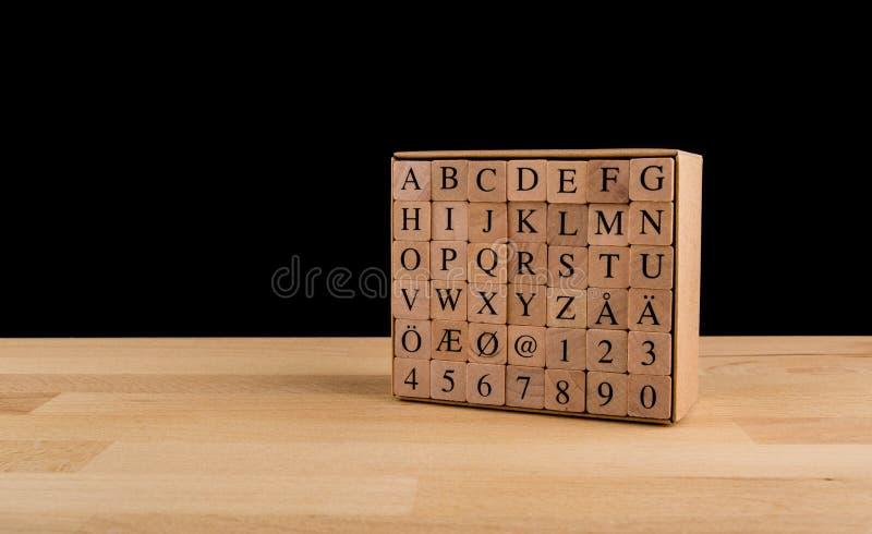 Träalfabetkvarter, isolerade träkuber för skandinaviskt alfabet royaltyfria foton