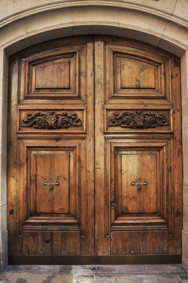 träantik dörr royaltyfri bild