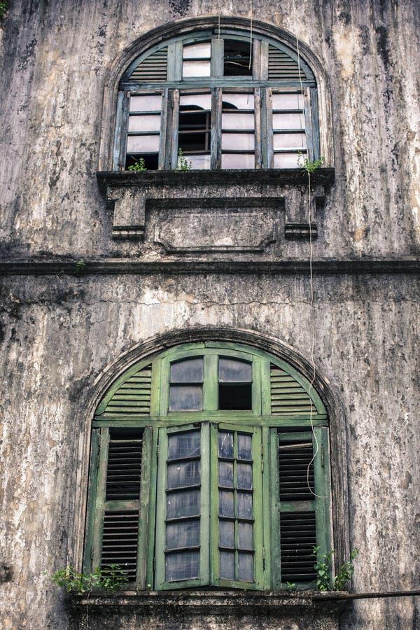 Träarkitektur för gammalt kolonialt fönster i den Yangon Myanmar Burman South East Asia arkivbilder