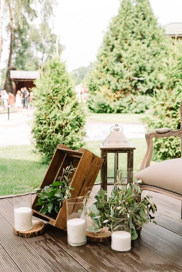 Träaskar, lampor och vita stearinljus Härliga detaljer av en dekor fotografering för bildbyråer