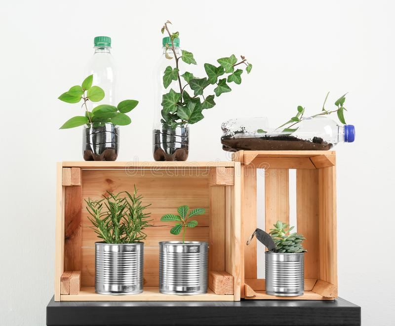 Träaskar med aluminiumburkar och plast-flaskor arkivfoton