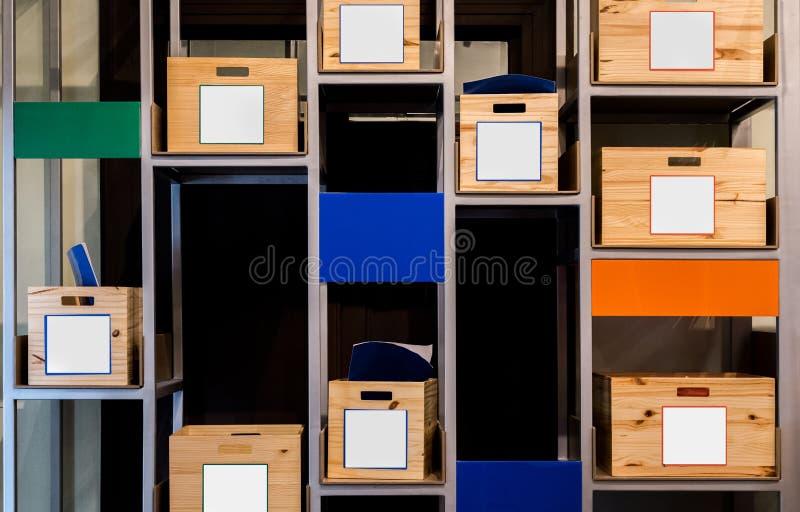 Träaskar på hyllor i lagringsrum royaltyfri foto