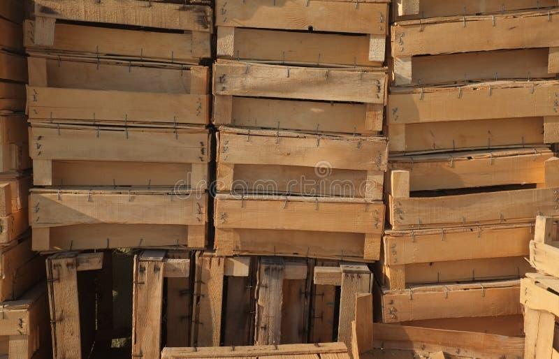 Träaskar som travas upp royaltyfri bild