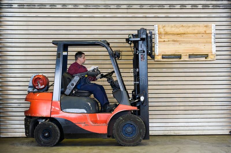 träaskgaffeltrucktransport royaltyfria bilder