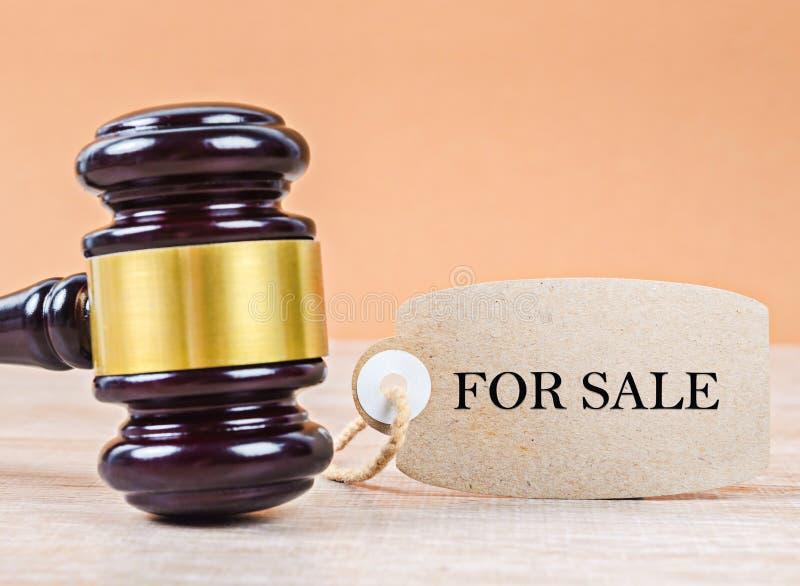 Träauktionsklubba med den TILL SALU pappers- etiketten Auktionbegrepp royaltyfri bild