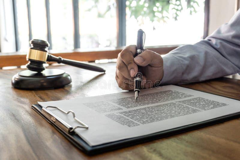 Träauktionsklubba på tabellen, lag-, advokatadvokat- och rättvisabegrepp, manlig advokat som arbetar på dokument och rapporten av royaltyfria bilder