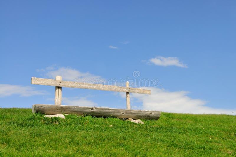Träbänk på himmelbakgrund arkivfoto