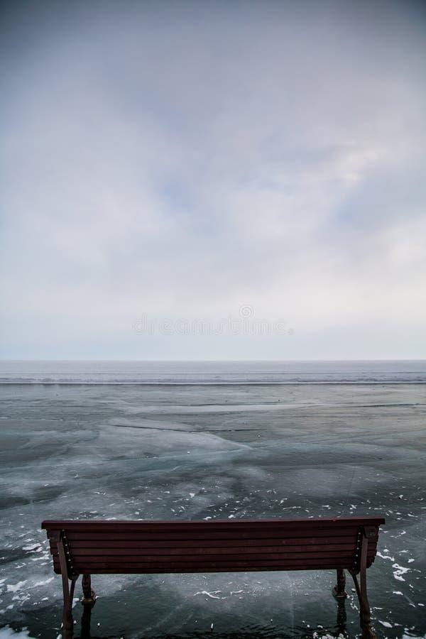 Träbänk på isen av Lake Baikal royaltyfria foton