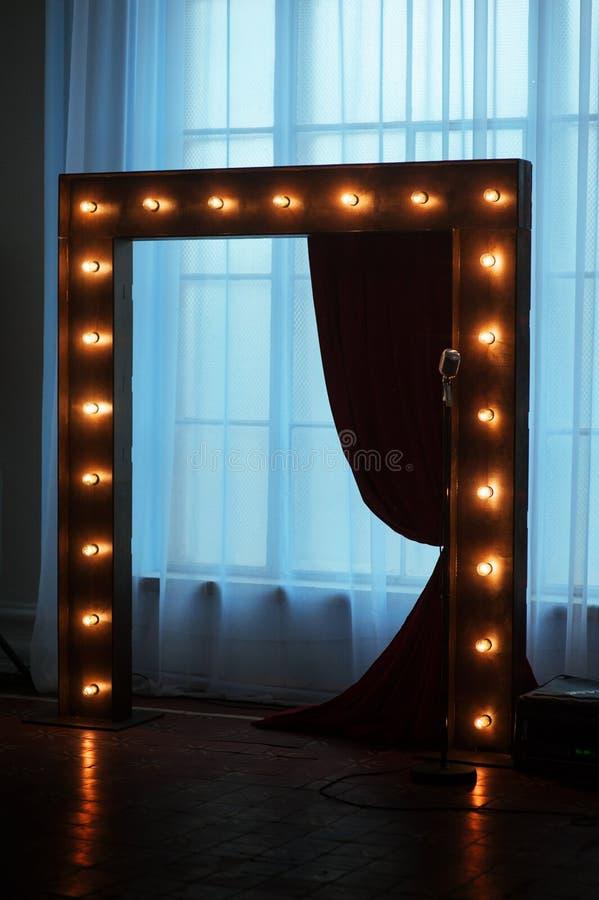 Träbågen med ljus smyckade för bröllopceremoni royaltyfri fotografi