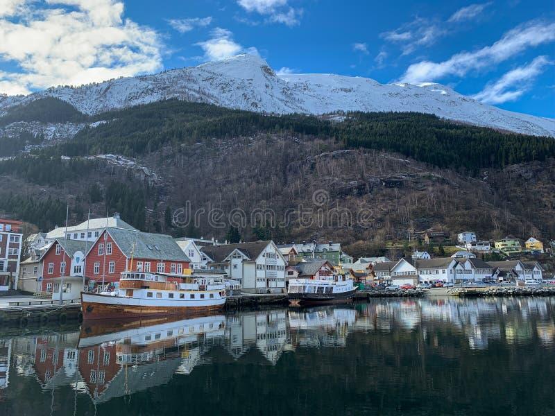 Träbåt i hamn i Odda, Norge royaltyfria bilder