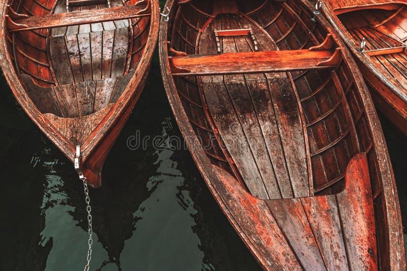 Träbåt på sjön Bohinj arkivfoton
