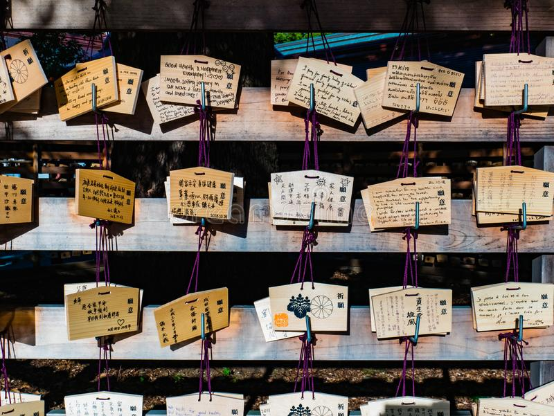 Träbönplattor som hänger på den Meiji-jingu relikskrin i Shibuya arkivfoto