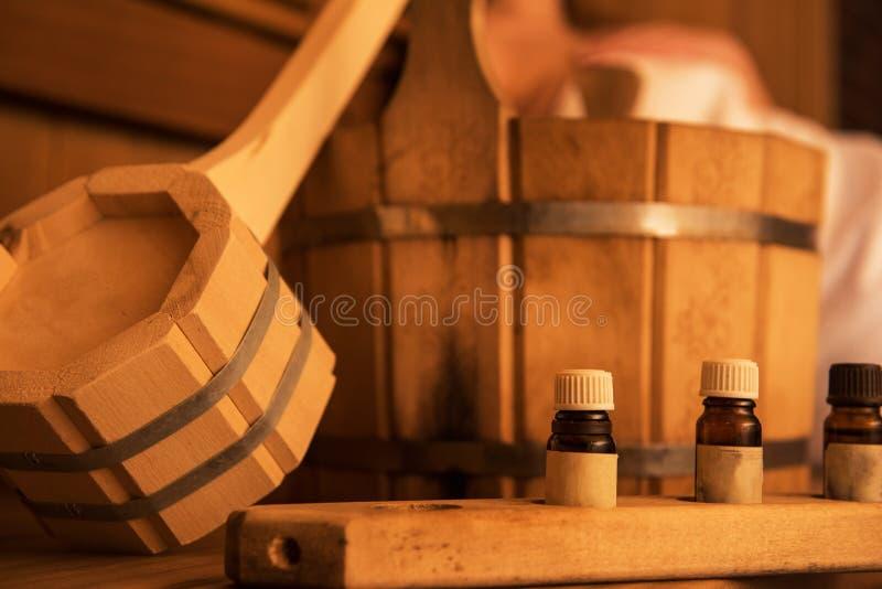 Träbadtillbehör med den aromatiska oljaflaskan för bad royaltyfri bild