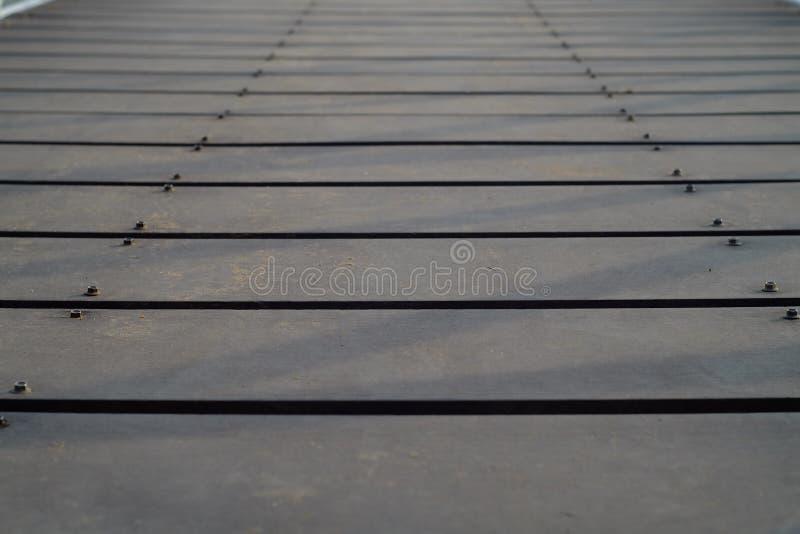 Träbakgrund för upphängningbro royaltyfri bild