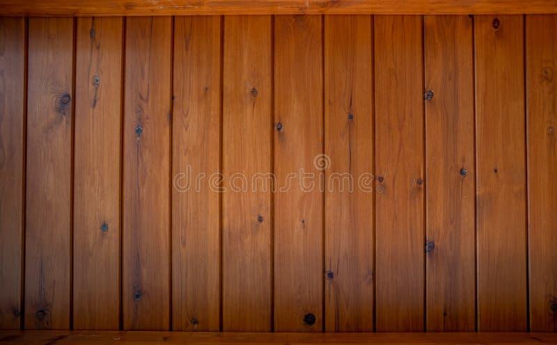 Träbakgrund i bruna signaler royaltyfria foton