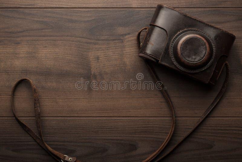 Träbakgrund med den retro still kameran royaltyfria foton