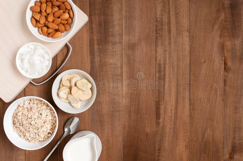 Träbakgrund med ingredienser för sund frukost royaltyfria bilder