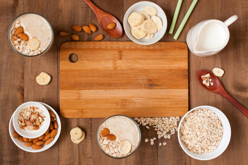 Träbakgrund med ingredienser och två del av smoothies royaltyfri bild