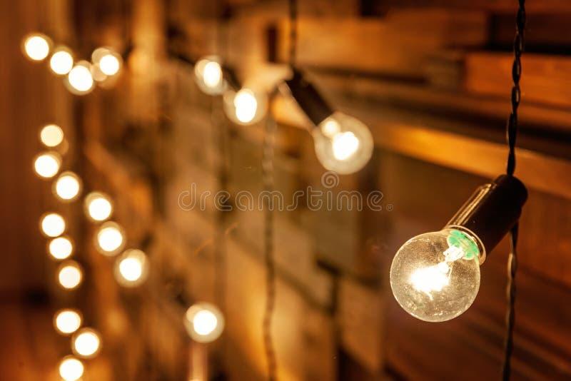 Träbakgrund med lampor royaltyfria foton