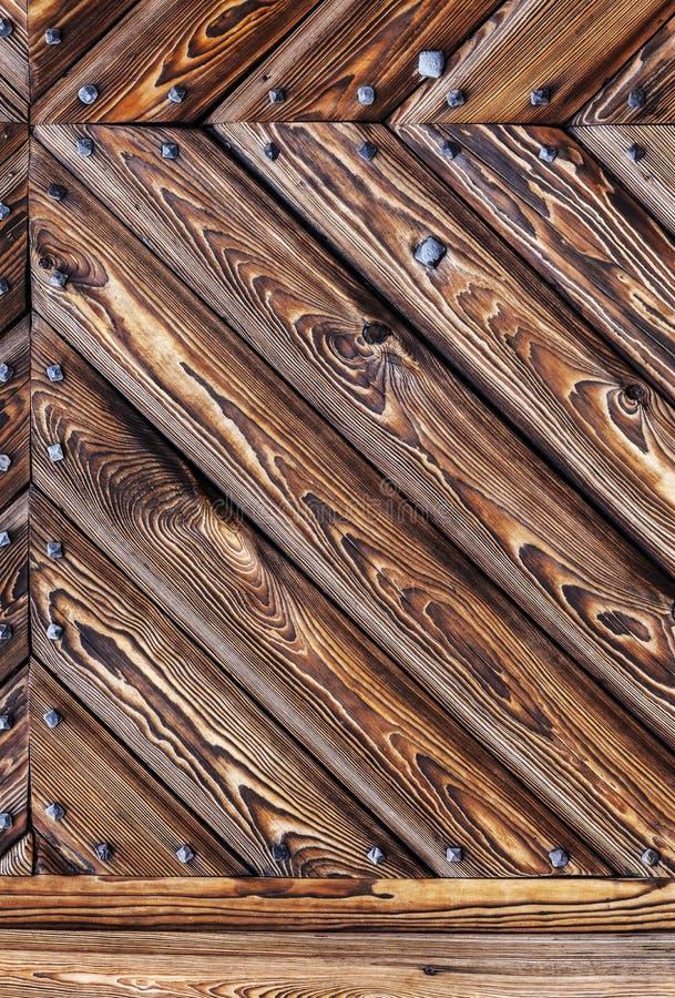 Träbakgrund med metallnitar, gammal port av slotten arkivbilder
