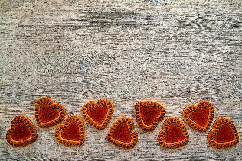 Träbakgrund med röda kakahjärtor Begreppet av Valentin eller den vedding inbjudan Kupidon hjärta med utrymme för text br?llop arkivfoton