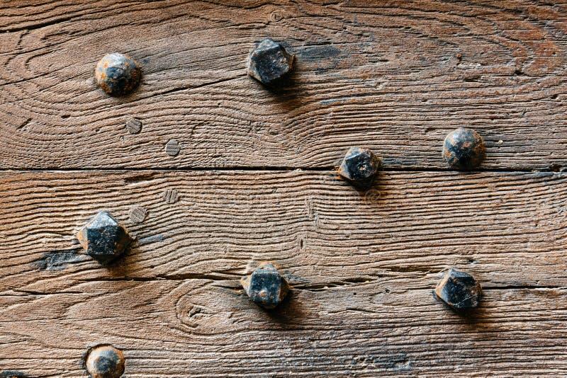 Träbakgrund med rostiga muttrar fotografering för bildbyråer