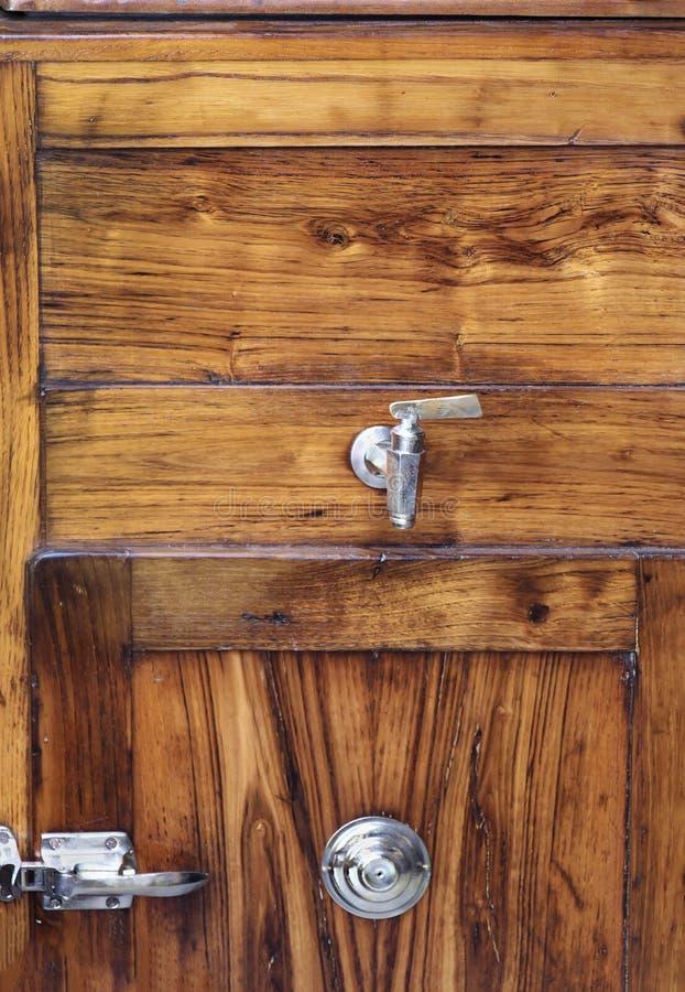 Träbakgrund med silvergångjärnet fotografering för bildbyråer