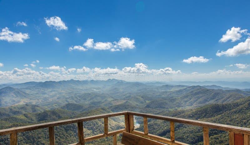 Träbalkong på berget fotografering för bildbyråer