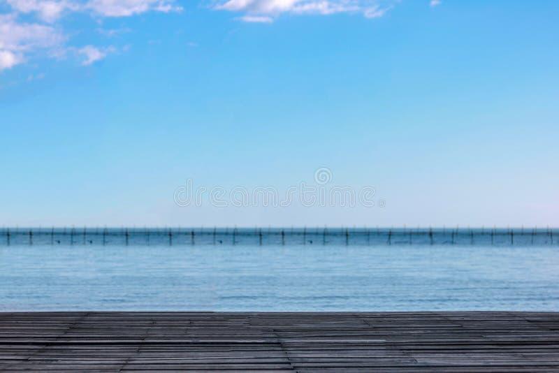 Träbalkong på kusten royaltyfria bilder