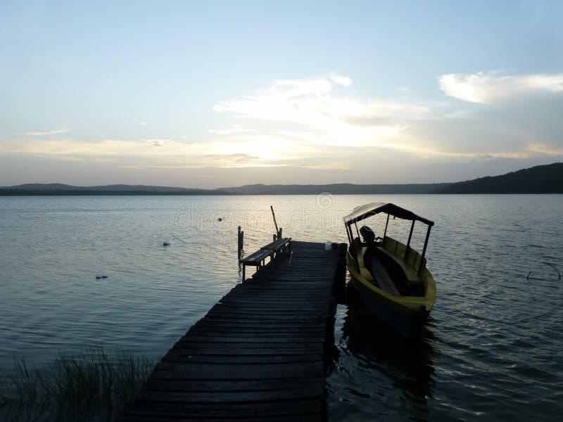 Träbana som leder in i sjön royaltyfri foto
