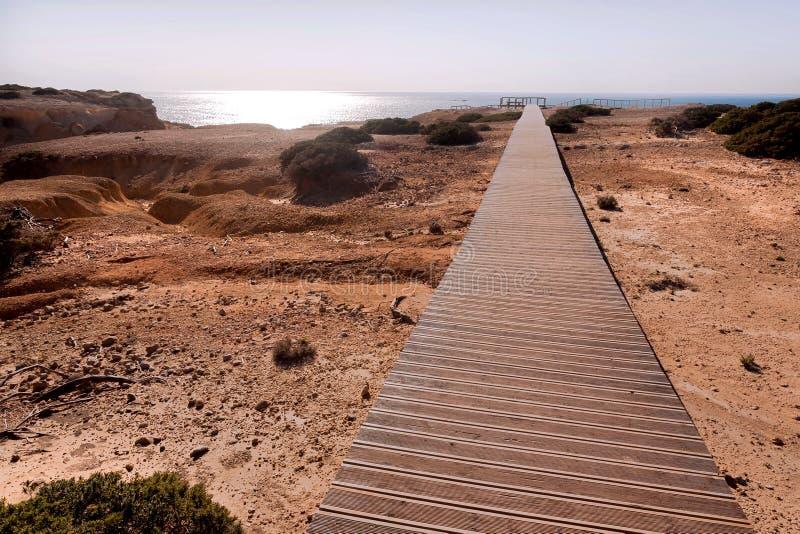 Träbana till den soliga sjösidan i den Portugal staden Ljus fjärd av Atlantic Ocean i fridsamt område av Algarve arkivfoton