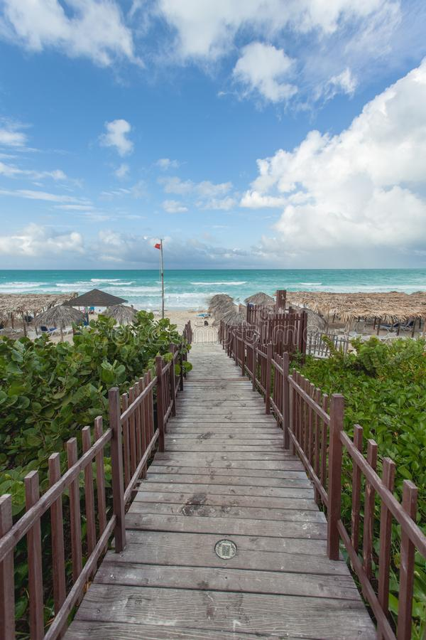 Träbana till stranden i Cayo Santa Maria, Kuba arkivbild