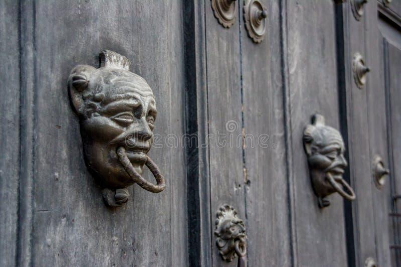 Träbarock dörr i antigua Guatemala fotografering för bildbyråer