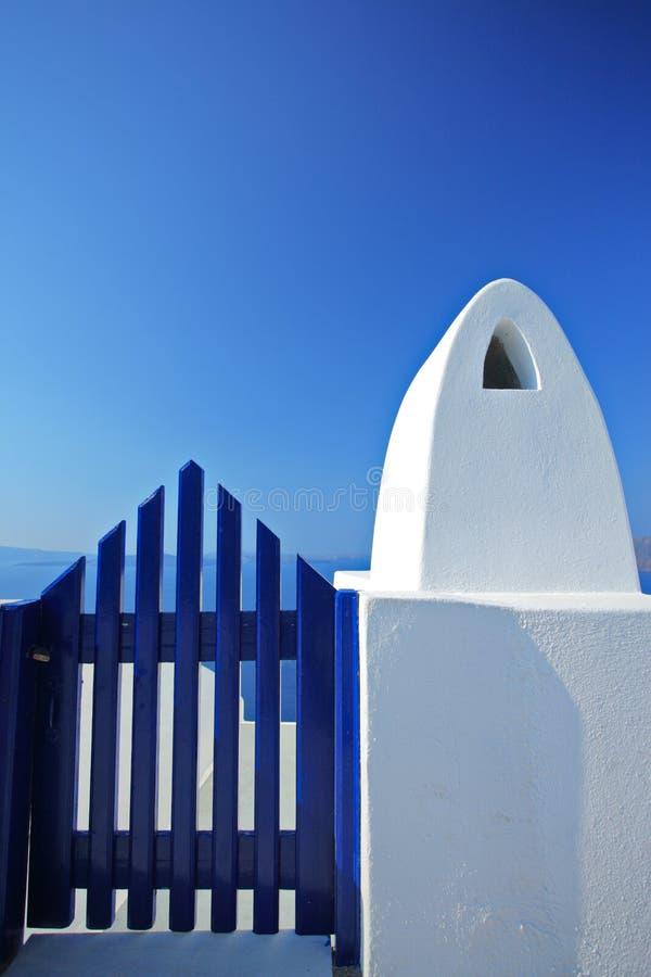 träblå dörr royaltyfri fotografi