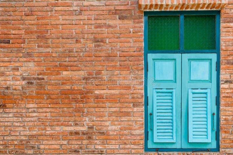 träblått fönster arkivfoto